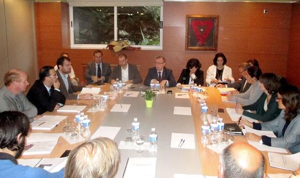 Del Busto promete reforzar la plantilla médica del hospital de Arriondas