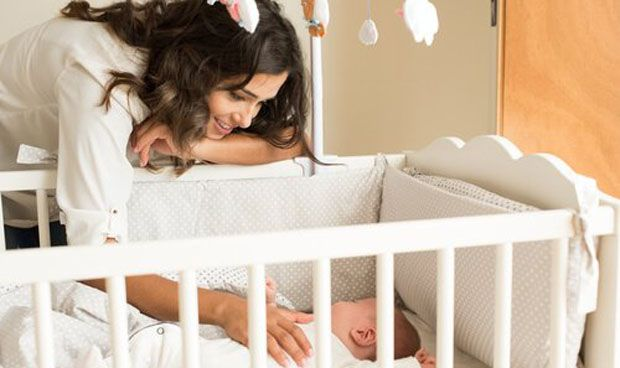 Determinan la edad en que un niño debe dejar la cuna para dormir mejor