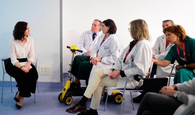 Díaz Ayuso promete psicólogos en las unidades de Oncología madrileñas