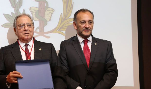 Diego Murillo, galardonado con la Medalla de Oro por los médicos de Cuenca