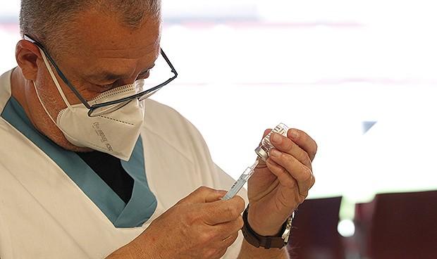 Efectos adversos más raros de las vacunas Covid: sudor, gases o picor anal