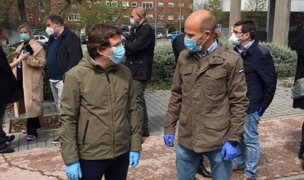 El alcalde de Madrid, pendiente de la otra 'cara' del coronavirus