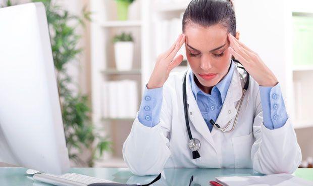 """El 'burnout' de los médicos se ceba en mujeres de la """"generación sándwich"""""""