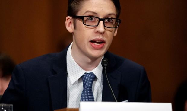 El chico que pasó de su madre antivacunas deja mal a Facebook en el Senado