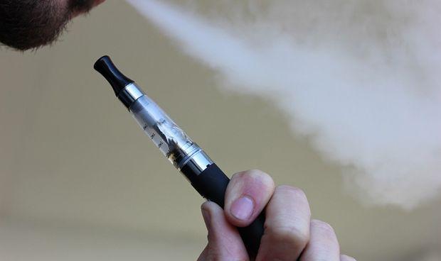 El cigarrillo electrónico, incluso sin nicotina, puede dañar los pulmones