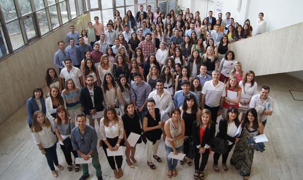 El Colegio de Médicos de Alicante entrega los carnés a 200 nuevos MIR