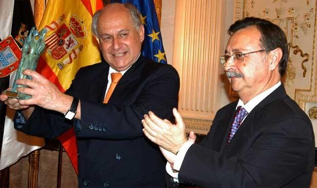 El consejero de Salud andaluz tiene el Premio Convivencia muy cerca