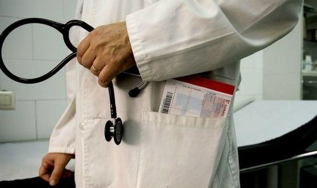 El coste medio del salario sanitario sube 300 euros y supera los 2.000