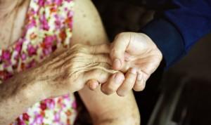 """El dilema de una médica: """"Dejar morir a mi madre fue un acto de amor"""""""
