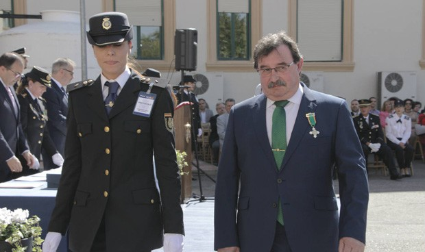 El gerente del Hospital Severo Ochoa recibe la Cruz al Mérito Policial