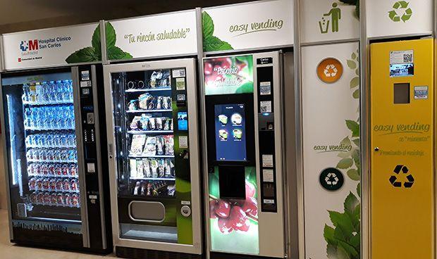 El Clínico San Carlos incorpora máquinas expendedoras con snacks saludables