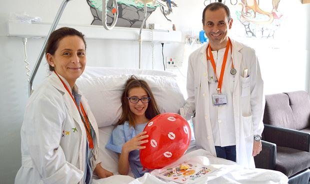 El Hospital de Dénia entrega libros a los niños ingresados en Pediatría