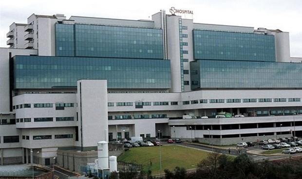 El Hospital de Santiago niega la muerte de 2 pacientes en sus pasillos