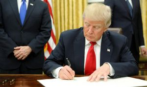 El médico de cabecera de Trump le acusa de saquear su consulta