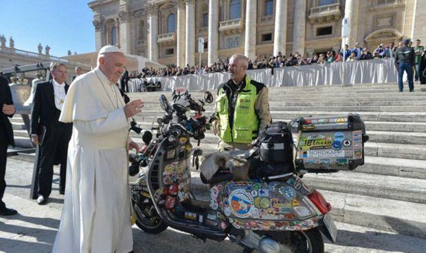 El Papa bendice la Vespa que lucha contra las enfermedades olvidadas