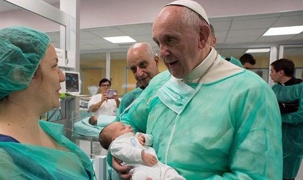 El papa 'santifica' la labor de las enfermeras