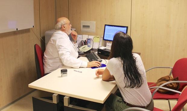 El desempleo da un 'respiro' a los médicos, pero solo a los mayores de 30