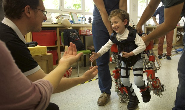 Resultado de imagen de Tres niños con atrofia muscular logran andar con la ayuda de un exoesqueleto
