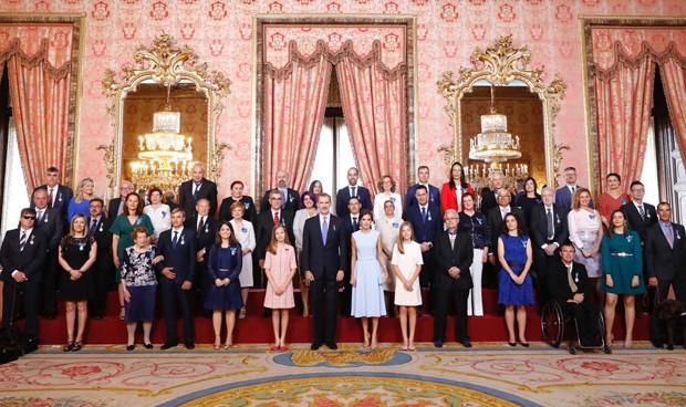 El rey Felipe condecora a dos médicos, una enfermera y una fisioterapeuta