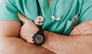 """El sueldo de un médico a las 3am, similar al precio de """"una pizza familiar"""""""
