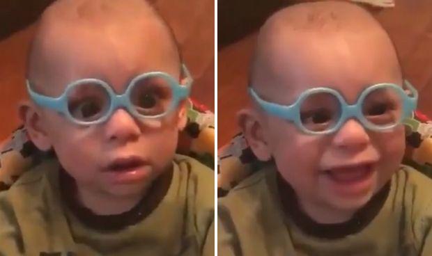 El tierno asombro de un bebé con miopía al ver bien por primera vez