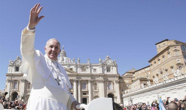 El Vaticano ofrece un hospital para no 'desconectar' al bebé Charlie Gard