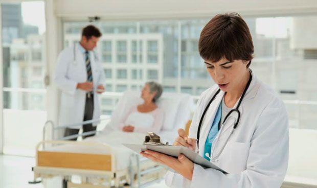 Empleo en sanidad: estudiantes a sueldo del médico para escribir informes