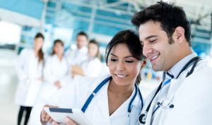En las parejas de médicos con hijos, ellas son las que reducen su jornada