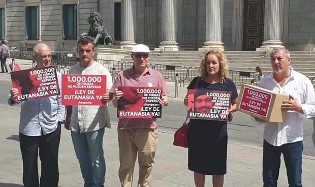 Entregan 1 millón de firmas al Congreso para despenalizar la eutanasia