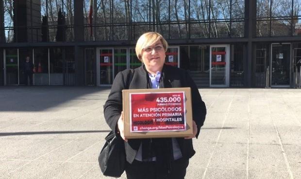 Entregan 435.000 firmas a Sanidad para reclamar psicólogos en Primaria