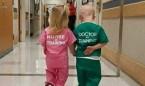 Esta imagen de 2 niños disfrazados en el hospital no es bonita; es sexista