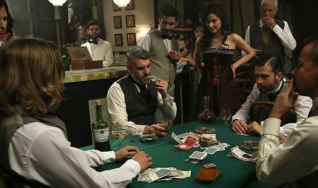 Exigen que TVE 'saque' a sus personajes del alcohol y el tabaco
