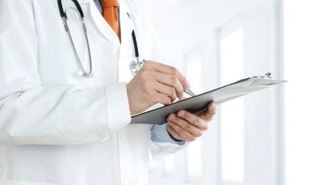 Expedientado el médico pseudoterapeuta que envió a una paciente a la UCI