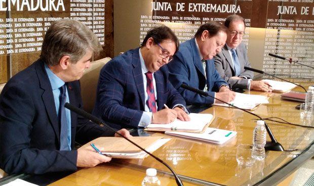 Gobierno y farmacias extremeñas firman un convenio que mejora la seguridad