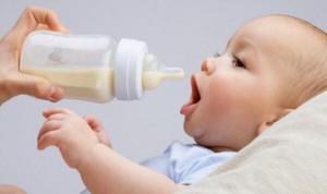 Hay más probabilidades de que un bebé sea zurdo si ha tomado biberón