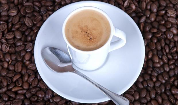 Hospitalizados 2 participantes de un ensayo tras tomar por error 300 cafés