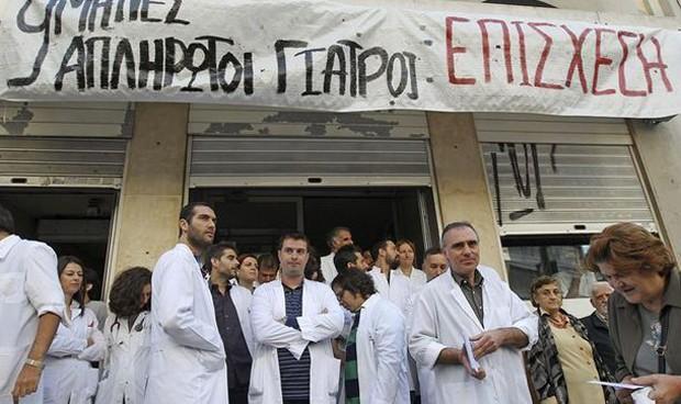 Huelga 'nivel Dios' en Grecia: los médicos tapian el Ministerio de Sanidad