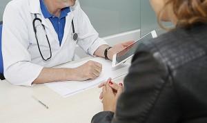 Intenta apuñalar al médico que diagnosticó a su esposa de coronavirus