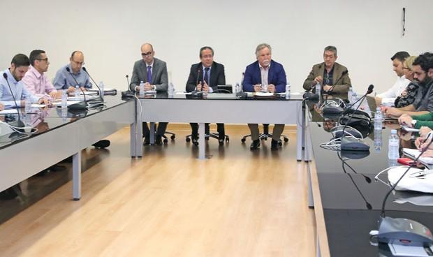 Junta y sindicatos 'suplican' a Rajoy mantener las 35 horas