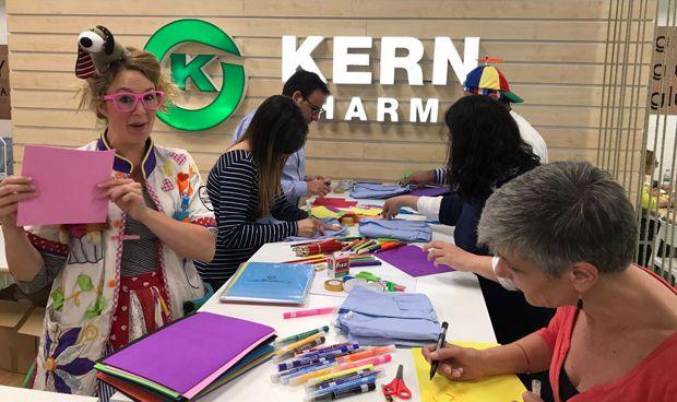 Kern Pharma pinta los 'pijamas de la Ilusión' de la Fundación Theodora