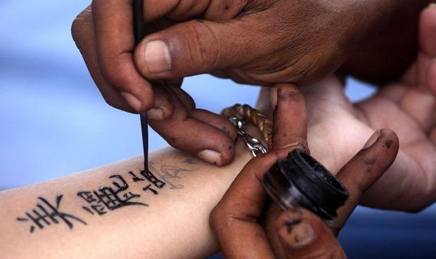 La Academia Americana publica su primer informe sobre piercings y tatuajes