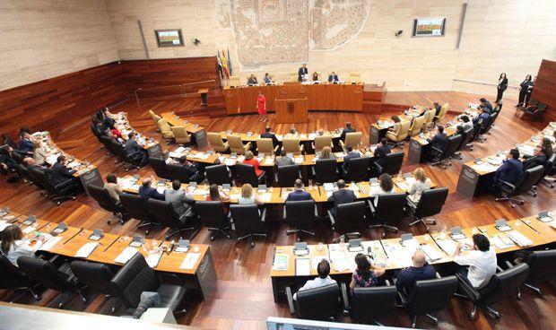 La Asamblea insta a mejorar los horarios de las farmacias extremeñas