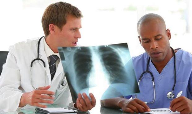 La brecha salarial entre médicos y enfermeros supera los 21.000 euros