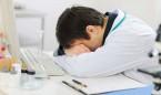 La burocracia 'quema' más a los médicos que el exceso de horas trabajadas