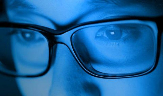 La elevada exposición a la luz azul envejece más la piel