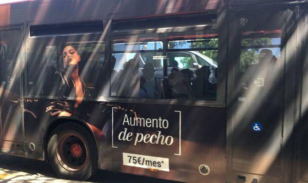 La EMT retira el 'sexista' anuncio de una clínica de aumento de pecho