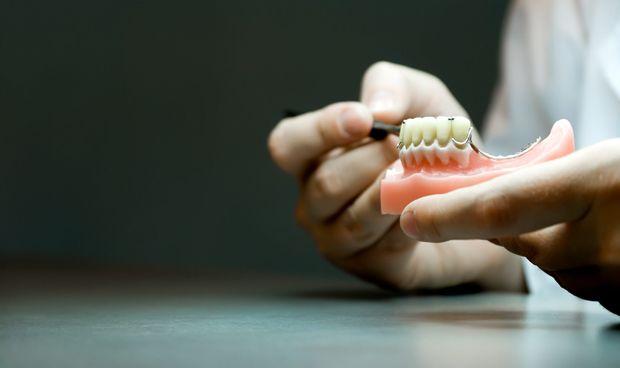La Justicia multa con 1.500 euros a una protésico dental por instrusismo