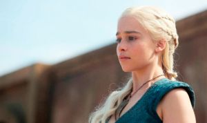 La 'khaleesi' de Juego de Tronos hinca la rodilla en honor a la Enfermería