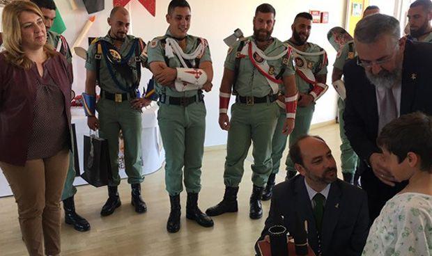 La Legión visita a los niños ingresados en el Materno Infantil de Málaga