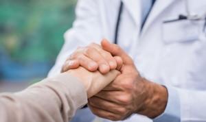 La mano, un abrazo o besos: ¿cómo se despiden los médicos de sus pacientes?